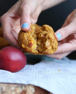 THE BEST Vegan Pumpkin Nectarine Oatmeal Muffins! This muffins are full of natural sweetness and whole grains are are perfect for a quick breakfast on the go or a delicious snack. Vegan!-6