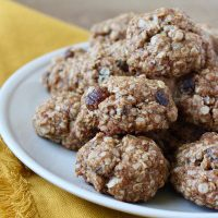 Chewy Vegan Oatmeal Date Cookies